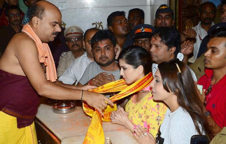 Sunny Leone Seeks Blessings From Lord Ganesha At Siddhivinayak Temple