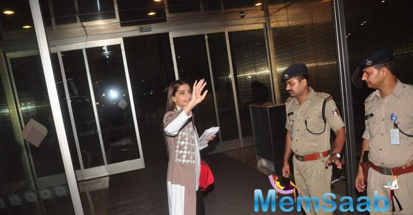 Sonam Kapoor Says Bye Her Family And Fans At Mumbai Airport