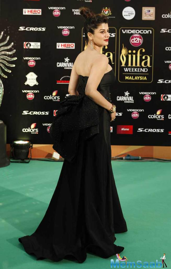 Kainaat Arora Looked Pretty In A Black Off-Shoulder Dress On Gren Carpet At IIFA 2015