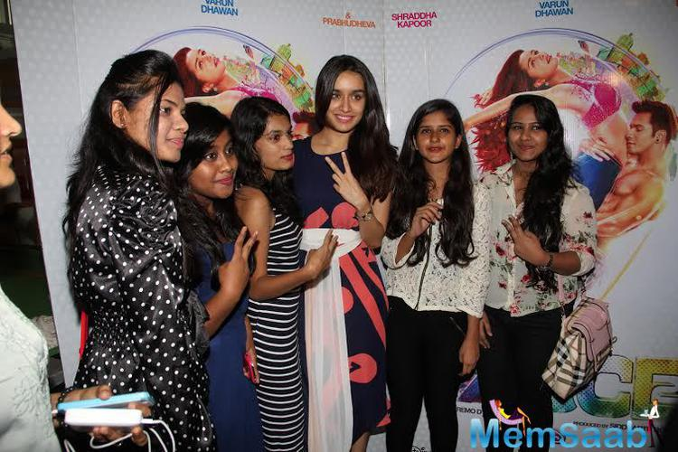 Shraddha Kapoor Pose With Her Fans During The ABCD2 Interview