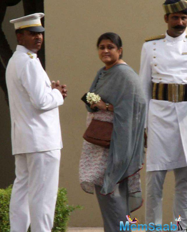 Actress Supriya Pathak Was Simple In A Salwar Suit Enters The Hotel