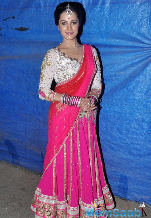 Anita Hassanandani Smiling Pose During The Diwali Shoot Of Prem Ki Diwali For Life OK Channel