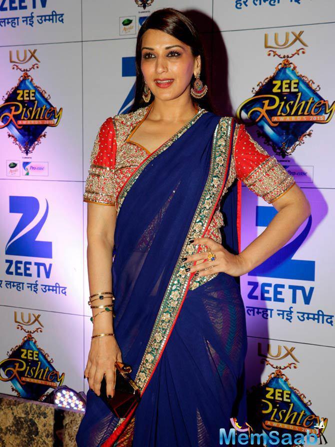 Sonali Bendre Looked Pretty In Blue Saree At Zee Rishtey Awards 2015