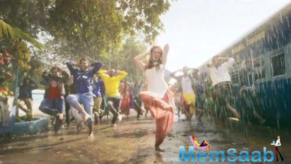 We see a sizzling chemistry between Tiger Shroff and Shraddha, the two dancing in the rain.