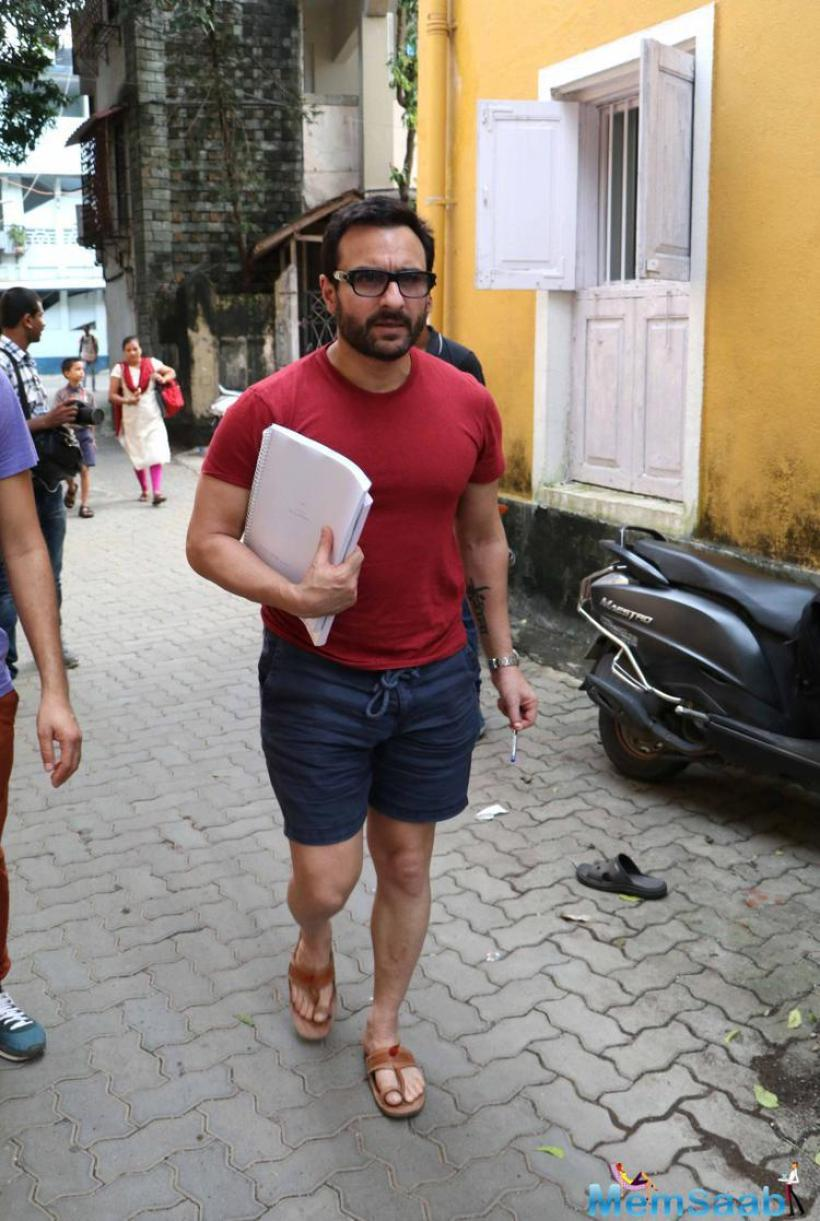 Soon-to-be-dad the most prospering Bollywood actor Saif Ali Khan, who is expecting his first child with wife Kareena Kapoor in December, was spotted roaming in Bandra amid local residents.