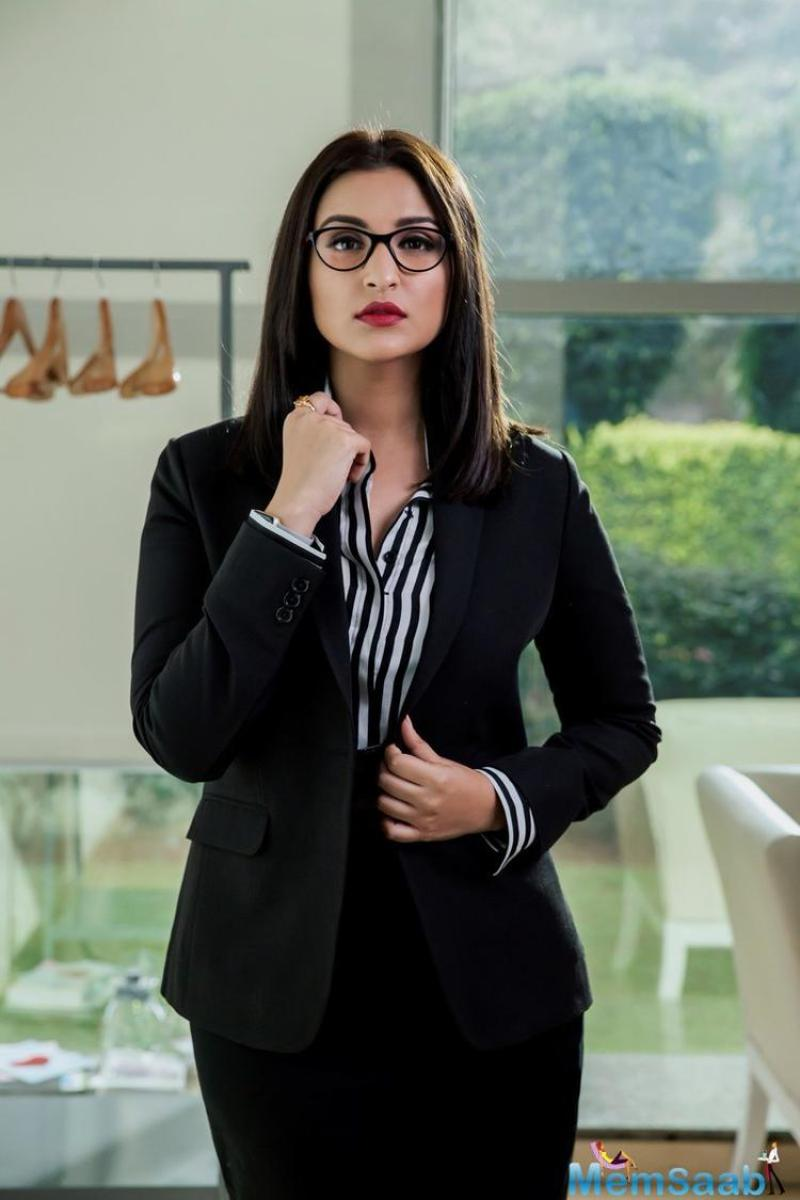 Parineeti Chopra's first look from  Sandeep Aur Pinky Faraar is out! We're totally loving this fiercely ambitious investment banker & fearless cop combo! We hole you must do the same.