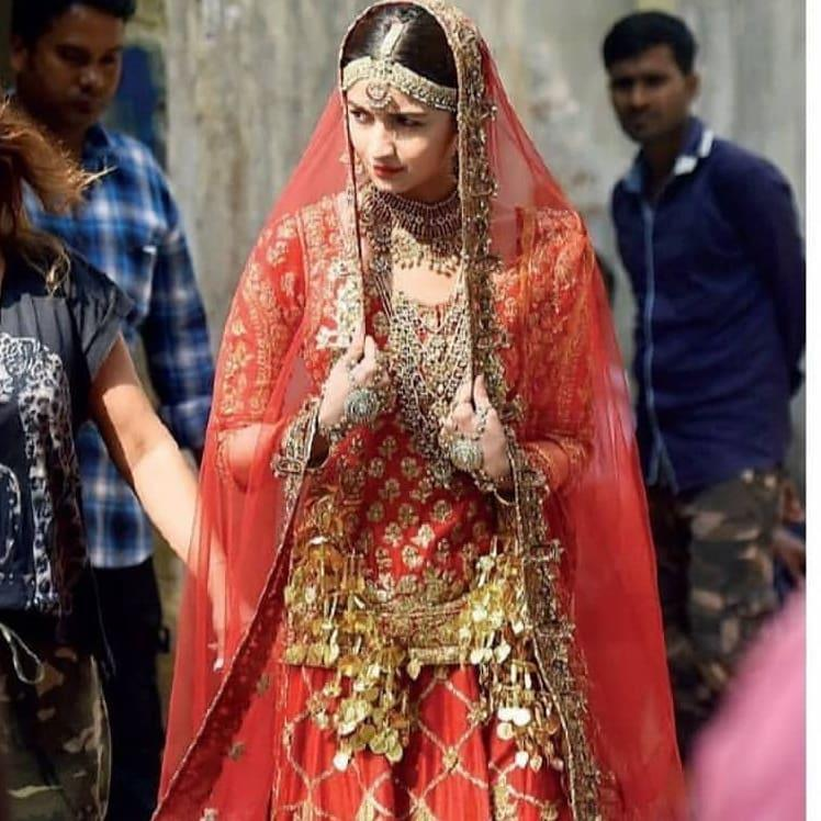 After Alia's video of rehearsing on the sets of Kalank went viral yesterday, another picture of the 'Raazi' actress seems to be doing the rounds.