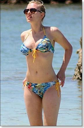 Scarlett Johansson Showing Her Sexy Thing In Bikini