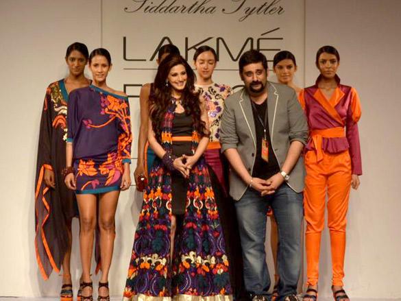 Sonali Bendre walks for Siddhartha Tyler at LFW