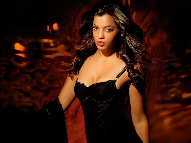 Spicy Actress Mugdha Godse Gorgeous Awesome Face Wallpaper