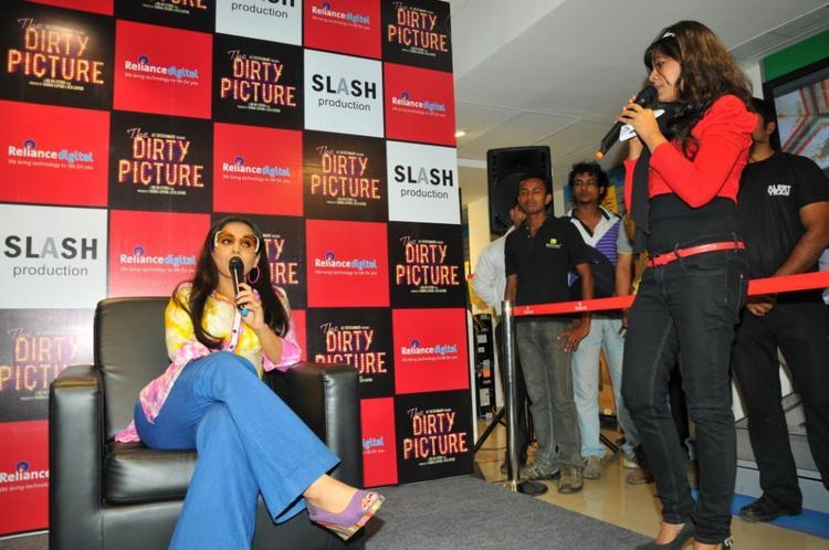 Vidya talking to fans
