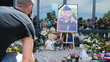 Policier tué à Avignon : un hommage national mardi en présence de Jean Castex et Gérald Darmanin