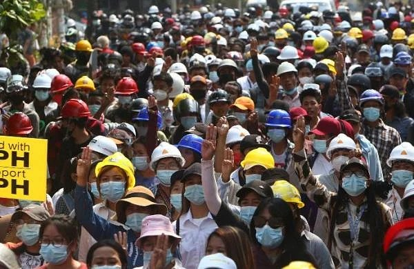 Myanmar security forces cordon 200 peaceful protesters