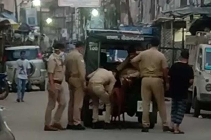 कानपुर: बिना मास्क के सड़कों पर घूम रहे बकरे को पकड़ कर थाने ले आई पुलिस, VIDEO वायरल