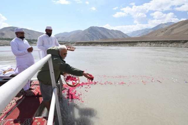 PM Narendra Modi performs puja  on the banks of river Sindhu (Indus) (Image: Twitter)