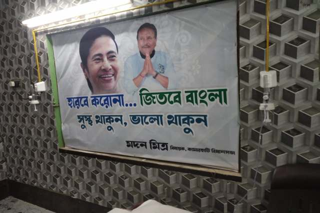 * Kamarhati MLA Madan Mitra inaugurated the free oxygen parlor on Sunday afternoon.  He also inaugurated 'Safe Home' with Oxygen Parlor on this day.  Madan Mitra said that when oxygen and medicine are being black marketed, free oxygen will be available in Kamarhati.  Oxygen will be supplied to the parlor through oxygen pipeline in the form of public and private hospitals.