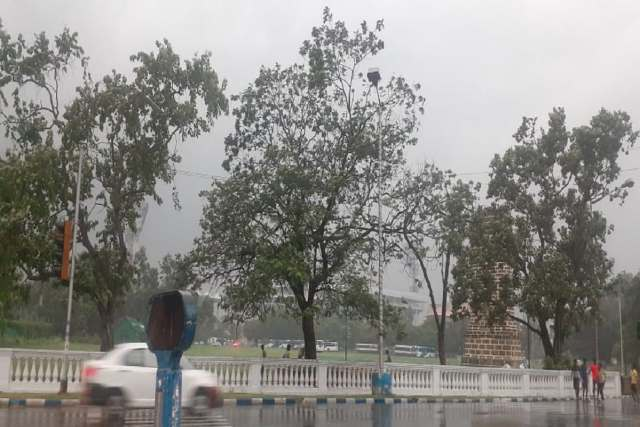 Besides Kolkata, heavy rains including thunderstorms have also started in 24 Parganas and Howrah.  North Bengal Weather Alert has also been issued for heavy to very heavy rains in 5 northern districts.  The Alipore Meteorological Department had also forecast heavy rains for South Bengal this time.