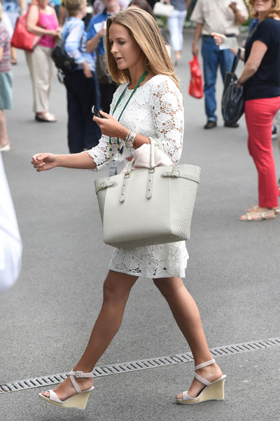 The tennis WAG wore the same white wedges and cream tote bag [Flynet]