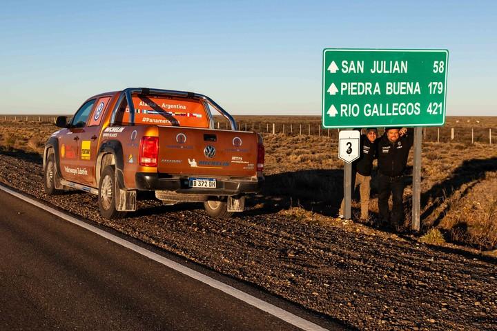 Rumbo a San Juan. Los pilotos solamente pararon para cargar nafta y dormir. La travesía, para romper el récord mundial, implicó comer arriba de la Amarok.