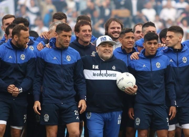 Maradona junto a sus jugadores (Twitter Gimnasia).