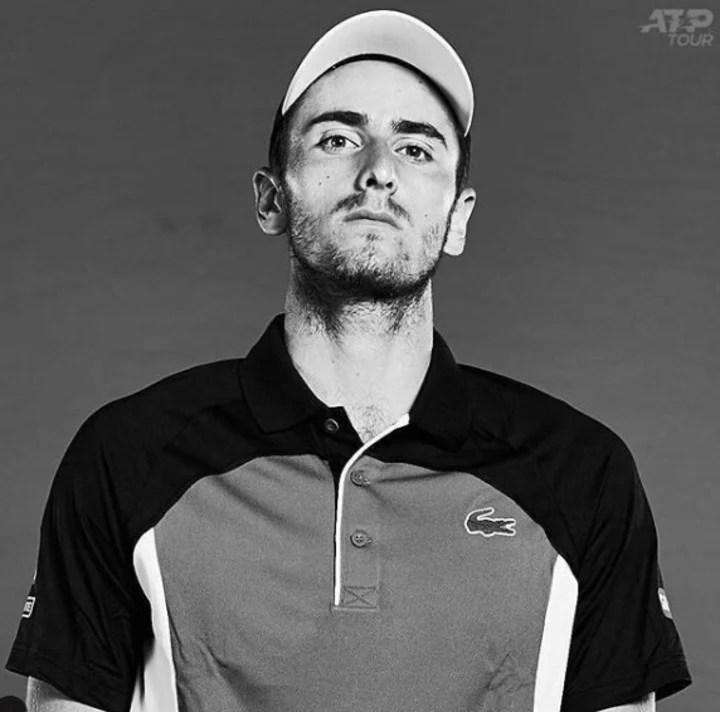 Elliot Benchetrit posando frente a la ATP Tour. (Instagram)