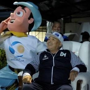Cómodo 2-0 y un nuevo show de Maradona