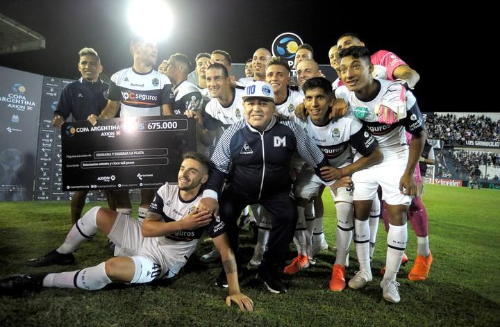 Maradona con sus jugadores post triunfo_ 2-0 por Copa Argentina a Sportivo Barracas.