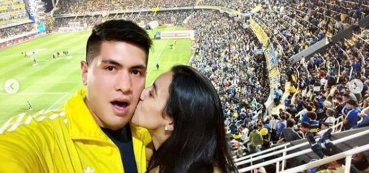 Braian Toledo y su novia Sofía Lamarque, alguna vez en la Bombonera.