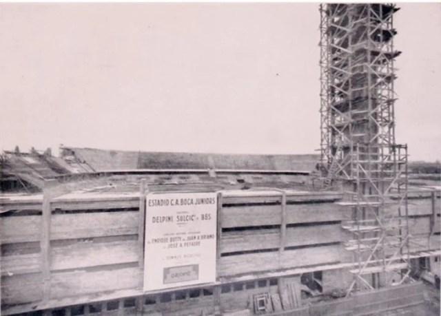 La Bombonera en construcción, vista desde el lado de los palcos.