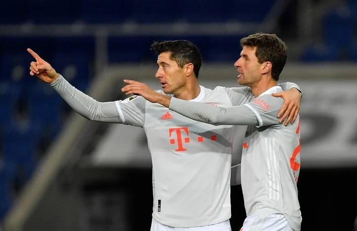 Lewandowski y Muller en la victoria ante el Arminia. (AP Photo/Martin Meissner)