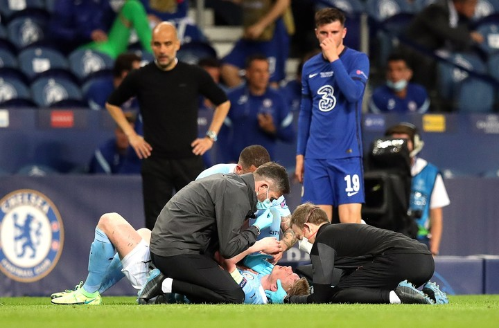 The doctors tried in vain to get de Bruyne to continue.