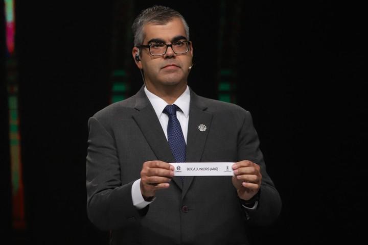 El Director de Competiciones de la Conmebol, Frederico Nantes, muestra el papelito con el nombre de Boca Juniors, en el sorteo celebrado en Luque, Paraguay (NORBERTO DUARTE / POOL / AFP)