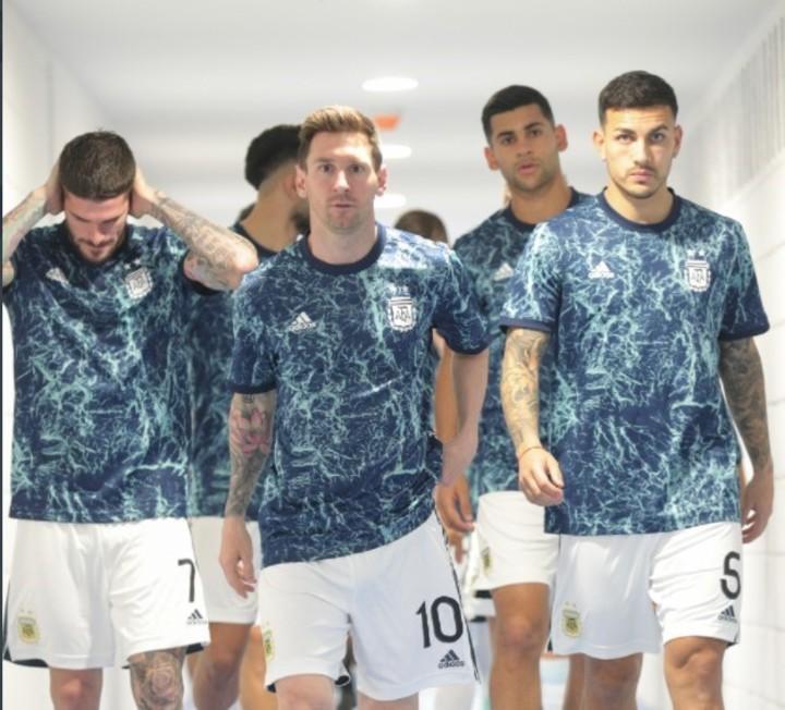 Messi y compañía, rumbo a la cancha. (Prensa Selección)