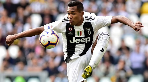 Alex Sandro with the ball (Reuters)
