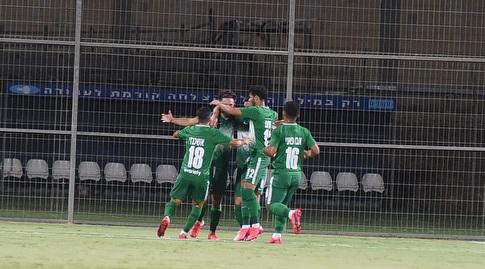 Maccabi Haifa players celebrate with Ofri Arad (Nissan Aish)