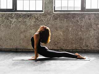 Have a <strong>flat</strong> tummy in minutes with these yoga poses