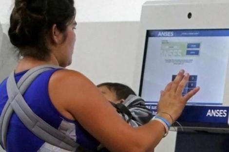 Alberto Fernández confirmó que el Gobierno va otorgar una suma de 15 mil pesos a los titulares de la Asignación Universal por Hijo (AUH), a las beneficiarias de la Asignación Universal por Embarazo y a los monotributistas de las categorías A y B. (Fuente: Carolina Camps)
