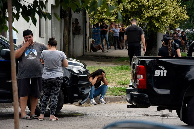 Familiares y vecinos de las víctimas llegaron inmediatamente al lugar.