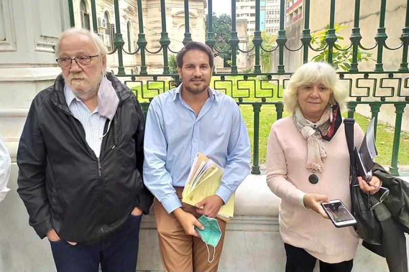 Victorio Paulón, Santiago Bereciartúa y Matilde Bruera en la presentación de ayer en tribunales.