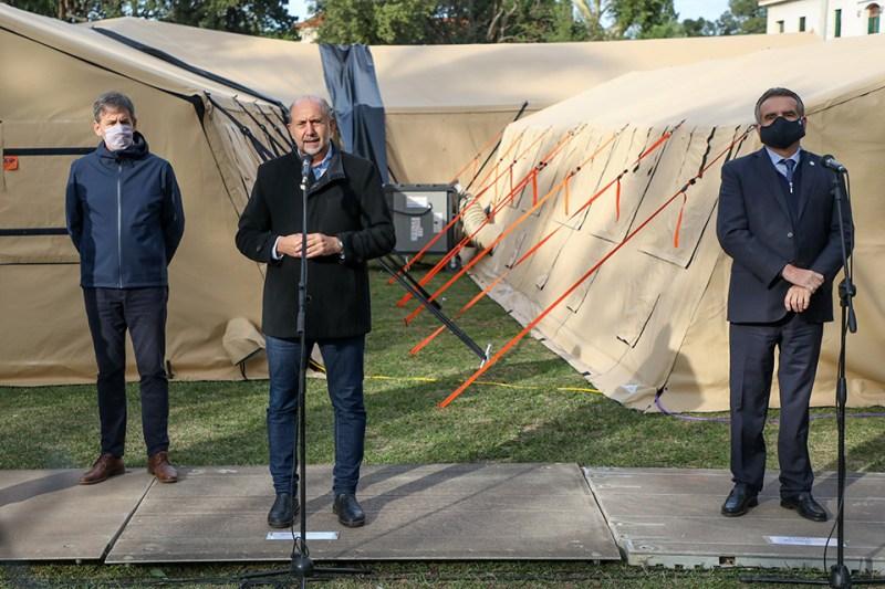 Perotti y el ministro de Defensa Agustín Rossi recorrieron el Hospital Reubicable que levantó el Ejército en Santa Fe.