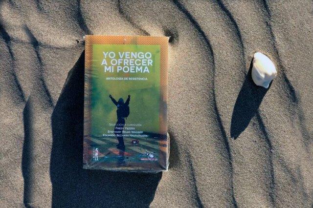 Más de trescientos poemas nacieron con el estallido social en Chile y Colombia.