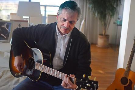 Amigo de Litto Nebbia, Fernández es fanático de Bob Dylan y Joan Baez, y vio a Invisible y Arco Iris.