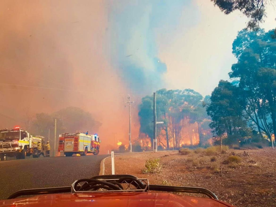 The fire threatens Wooroloo and Gidgegannup.