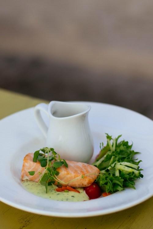 Salmone Con Condimenti Di Verdure Verdi Sul Piatto Di Ceramica Bianca