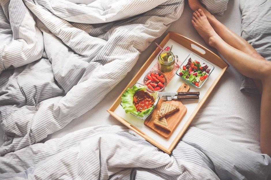 zdrowe śniadanie, porcja warzyw, co jeść, czy zdrowe jedzenie tuczy