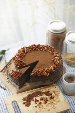 Torta Al Cioccolato Accanto Al Tagliere Sul Tavolo