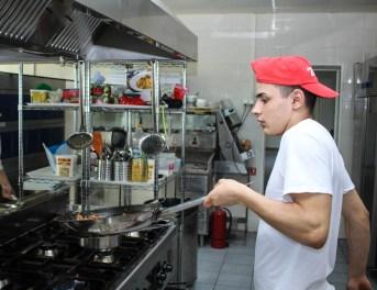 Uomo Che Cucina Cibo
