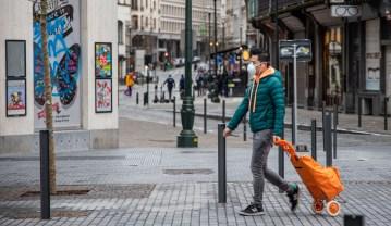 Foto profissional grátis de adulto, ao ar livre, bolsa de compras, centro da cidade