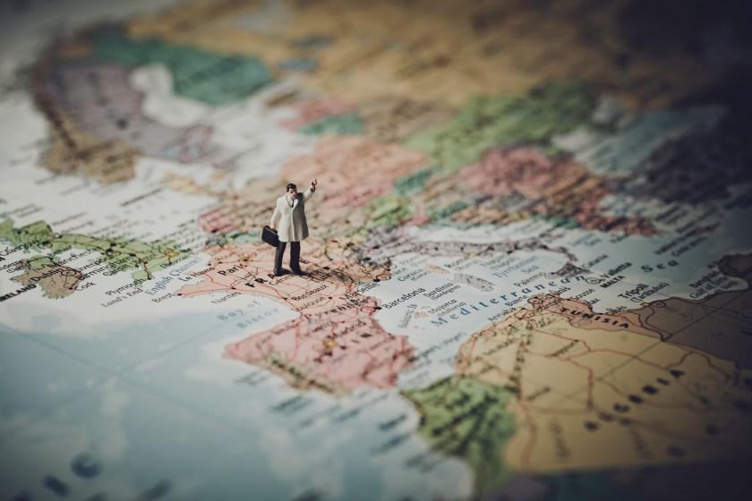Model Figür Harita üzerinde Duruyor