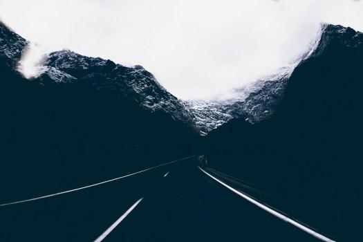 Foto del paisaje de la carretera en medio de las montañas